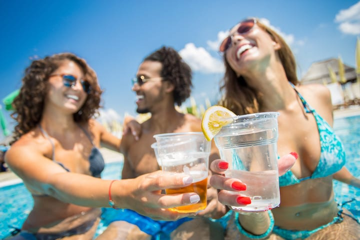 Day drinking? Here's how your body responds to alcohol in summer temperatures