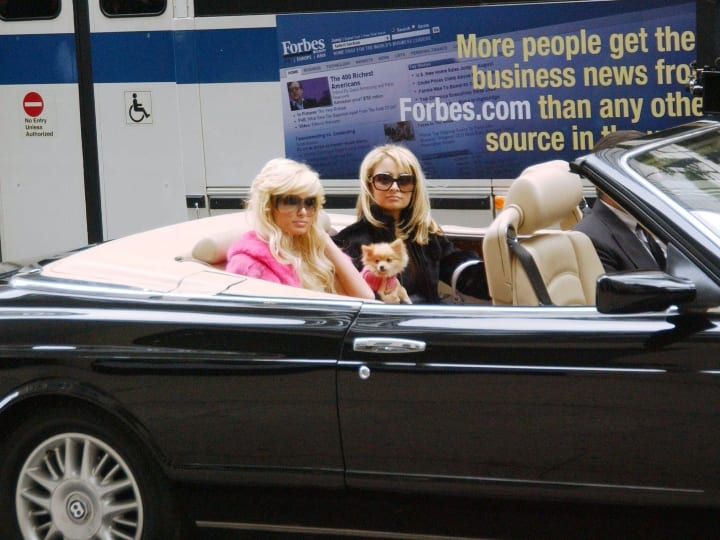 (ITALY OUT, NY DAILY NEWS OUT, NY NEWSDAY OUT) Paris Hilton (L) and Nicole Richie film an episode of the Simple Life on October 25, 2004 in New York City.