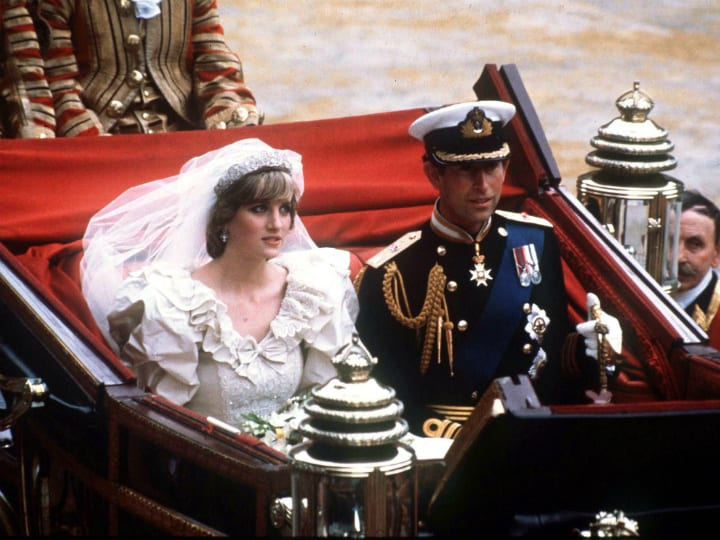 diana in charles riding in carriage after wedding
